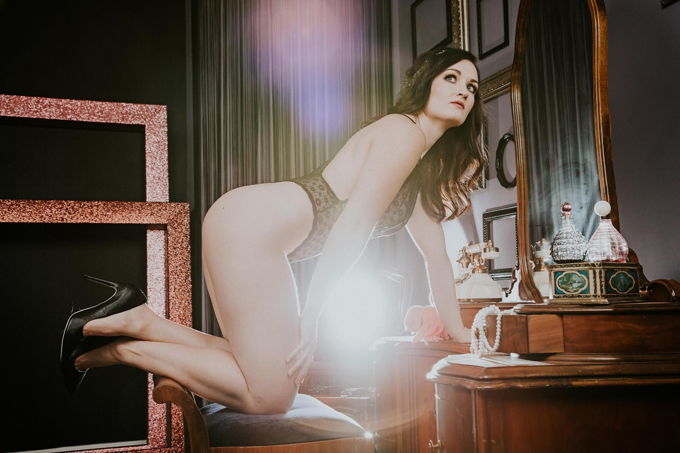 calgary-boudoir-photographer-make-up-mirror-0007